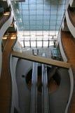 Innenraum des modernen skandinavischen Gebäudes Stockbilder