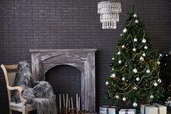 Innenraum des neuen Jahres auf Schwarzem mit Kamin Lizenzfreies Stockfoto