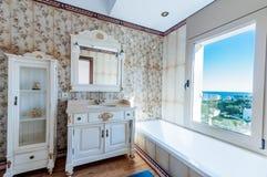 Innenraum des neuen modernen Hauses Badezimmer Abbildung der roten Lilie Das furn Lizenzfreie Stockfotos