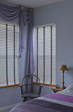 Innenraum des purpurroten Schlafzimmers der Pflaume mit Fenstern Stockfotos