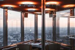 Innenraum des Restaurants gelegen auf Turm Lizenzfreie Stockbilder