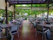 Innenraum des Restaurants mit Gartenhintergrund Stockfotos