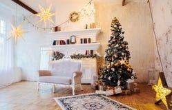 Innenraum des schönen Raumes mit Weihnachtsdekorationen Lizenzfreies Stockbild