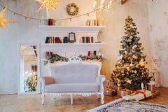 Innenraum des schönen Raumes mit Weihnachtsdekorationen Stockfotografie