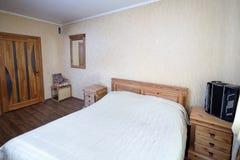 Innenraum des Schlafzimmers des ländlichen Hauses mit Akkordeon auf Nightstand Lizenzfreie Stockfotografie