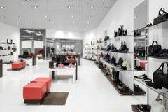 Innenraum des Schuhgeschäfts im modernen europäischen Mall lizenzfreie stockfotografie