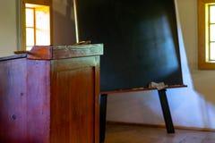 Innenraum des Schulraumes in altem traditionellem ländlichem stockbild