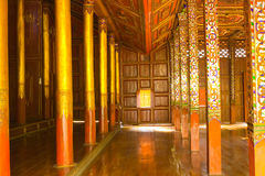 Innenraum des siamesischen hölzernen Tempels Stockbild