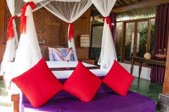 Innenraum des tropischen Luxusschlafzimmers stockfotos