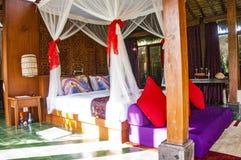 Innenraum des tropischen Luxusschlafzimmers stockfotografie