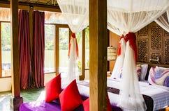Innenraum des tropischen Luxusschlafzimmers stockbild