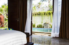 Innenraum des tropischen Luxusschlafzimmers stockfoto