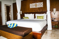 Innenraum des tropischen Luxusschlafzimmers lizenzfreie stockbilder