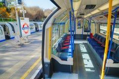 Innenraum des Untertageschienenfahrzeugs in London lizenzfreie stockbilder