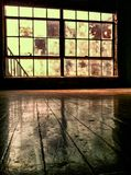 Innenraum des verlassenen Gebäudes mit Bretterboden Lizenzfreies Stockfoto