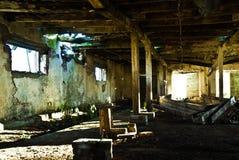 Innenraum des vernachlässigten Kuhstalles Stockfotos