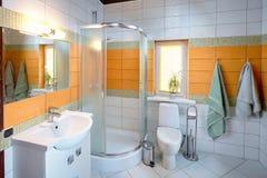 Innenraum des Waschraumes in den orange Tönen Stockbilder
