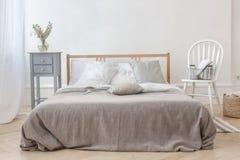 Innenraum des weißen und grauen gemütlichen Schlafzimmers Lizenzfreies Stockfoto