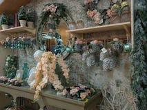 Innenraum des Weihnachtsshops mit vielen Dekorationen stockfoto