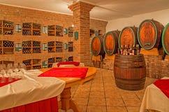 Innenraum des Weinkellers Stockfotos