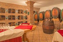 Innenraum des Weinkellers des großen slowakischen Produzenten. Stockbilder