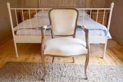 Innenraum des Weinleseschlafzimmers Bett und Retro- Stuhl Stockfotos