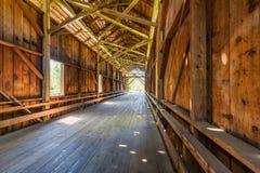 Innenraum einer überdachten Brücke in Felton CA Stockfotografie