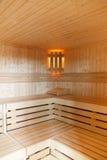 Innenraum einer hölzernen Sauna lizenzfreies stockfoto