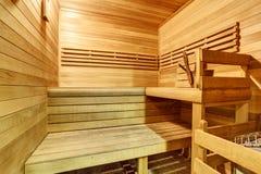 Innenraum einer hölzernen Sauna stockfotos