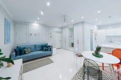 Innenraum einer hellen Wohnung Stockbild
