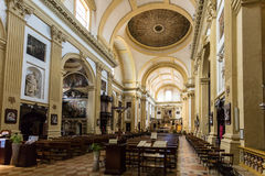 Innenraum einer historischen Kirche mit einer gewölbten Decke Lizenzfreie Stockfotos
