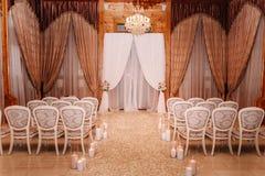 Innenraum einer Hochzeitshallendekoration in den weißen und braunen Farben stockfoto