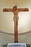 Innenraum einer italienischen Kirche mit Kreuz Stockfotos