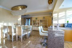 Innenraum einer Küche in einem Landhaus Stockbild