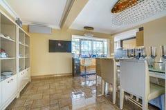 Innenraum einer Küche in einem Landhaus Stockfoto
