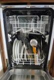 Innenraum einer kleinen Spülmaschine Stockfoto