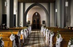 Innenraum einer leeren Kirche stockbild