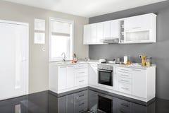 Innenraum einer modernen Küche, hölzerne Möbel, einfach und sauber Stockbild