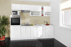 Innenraum einer modernen Küche, hölzerne Möbel, einfach und sauber stockbilder