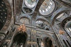 Innenraum einer orthodoxen Kirche Lizenzfreies Stockfoto