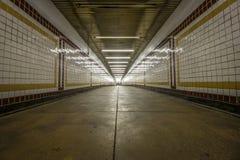 Innenraum einer U-Bahnstation lizenzfreie stockfotografie