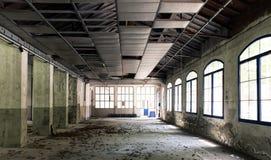 Innenraum einer verlassenen Fabrik Stockbilder