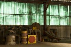 Innenraum einer verlassenen Fabrik stockbild