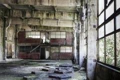 Innenraum einer verlassenen Produktionshalle in Tarnita, Rumänien Stockbilder