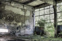 Innenraum einer verlassenen Produktionshalle in Tarnita, Rumänien Lizenzfreie Stockfotos
