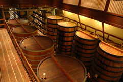 Innenraum einer Weinkellerei in Sonoma, Kalifornien Lizenzfreies Stockfoto