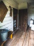 Innenraum eines alten Holzhauses in der Landschaft lizenzfreie stockfotos