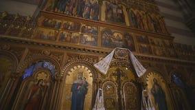 Innenraum eines alten Kirchenaltars stock video footage
