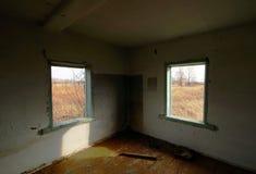 Innenraum eines alten verlassenen verfallenen Landhauses lizenzfreie stockfotos