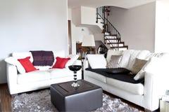 Innenraum eines Aufenthaltsraums, modernes weißes Sofa stockfotografie